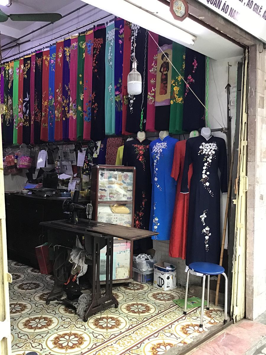 ベトナムの民族衣装であるアオザイを売る店 | ハノイの旧市街おすすめ観光スポット17選!